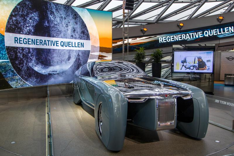 A exposição no museu de BMW apresenta o carro corajoso do conceito do futuro - 103EX-Rolls-Royce VISÃO luxuoso EM SEGUIDA 100, Mu imagem de stock