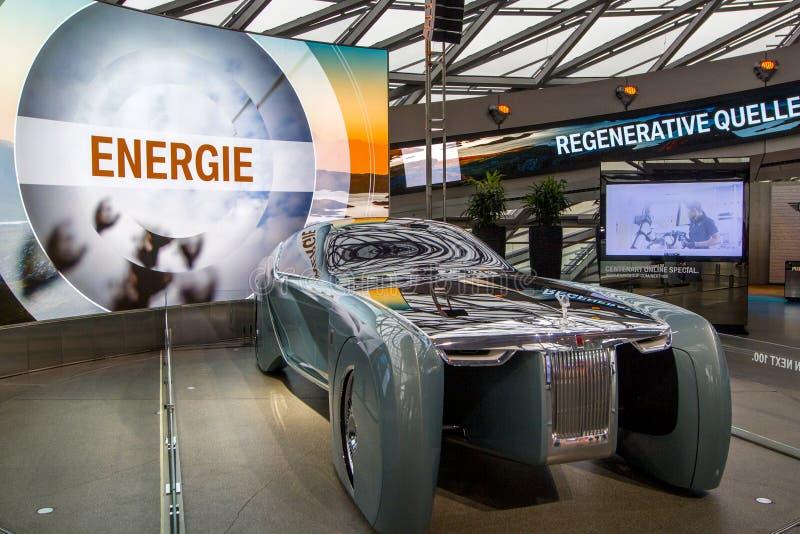 A exposição no museu de BMW apresenta o carro corajoso do conceito do futuro - 103EX-Rolls-Royce VISÃO luxuoso EM SEGUIDA 100, Mu fotos de stock