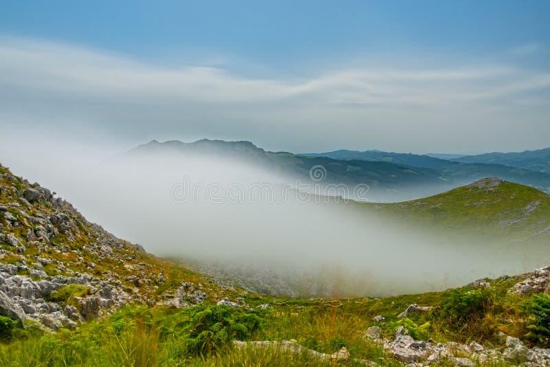 Exposição ultra longa da névoa sobre a montanha fotografia de stock