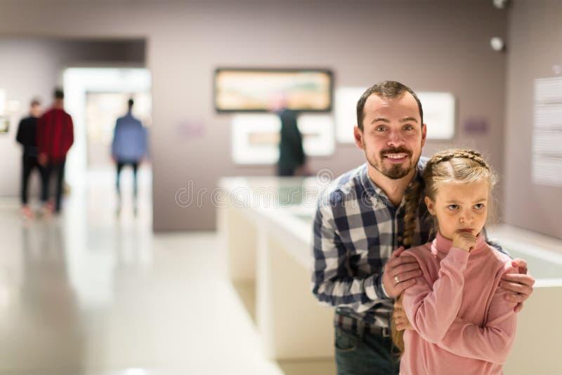 Exposições de exploração contentes do pai e da filha no museu fotos de stock royalty free