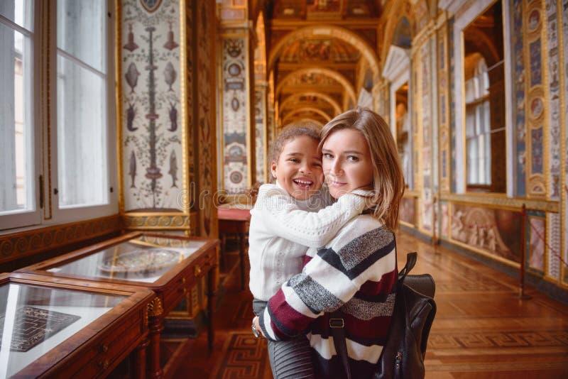 Exposições de exploração da mãe e da filha no museu foto de stock