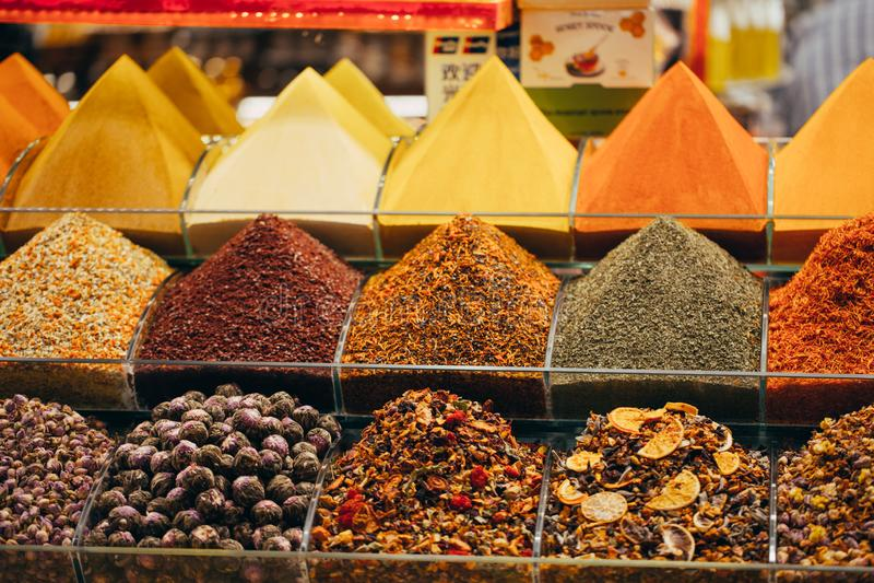 Exposições dos produtos na oferta no mercado mundialmente famoso da especiaria em Istambul Turquia fotografia de stock