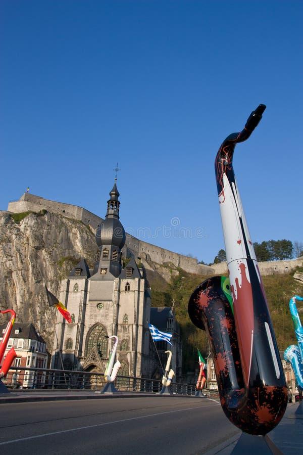Exposições gigantes dos saxofones de Dinant fotos de stock