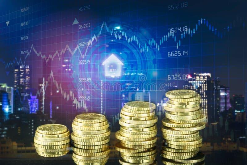 Exposi??o dobro da cidade e das fileiras das moedas com estoque e gr?fico financeiro na tela virtual imagem de stock royalty free