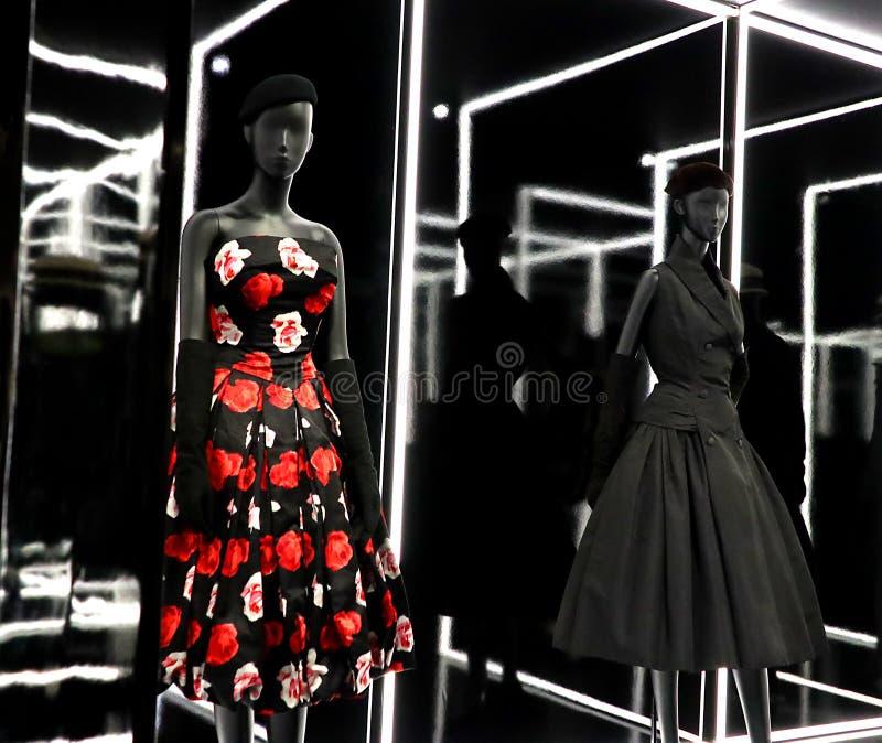 Exposición de la moda de Dior en V&A fotos de archivo
