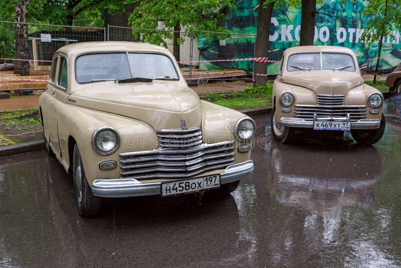 Exposición de los coches soviéticos del vintage en el parque Sokolniki Moscú, Rusia imagen de archivo