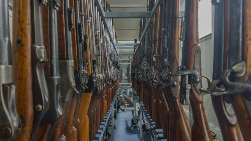 Exposición de rifles viejos imágenes de archivo libres de regalías