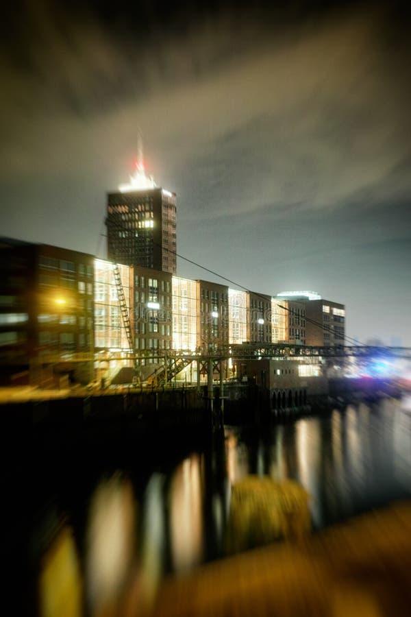Exposición de tiempo del neustadt del strasse de Hamburgo Hafencity Bruecke Stahl Nacht Industrie Elba imagen de archivo