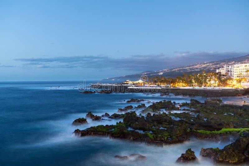 Exposición de tiempo largo de la 'promenade' de Puerto de la Cruz foto de archivo