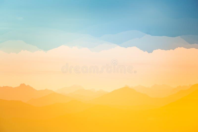 Exposición doble colorida, abstracta de montañas en salida del sol Paisaje minimalista con pendientes del color foto de archivo