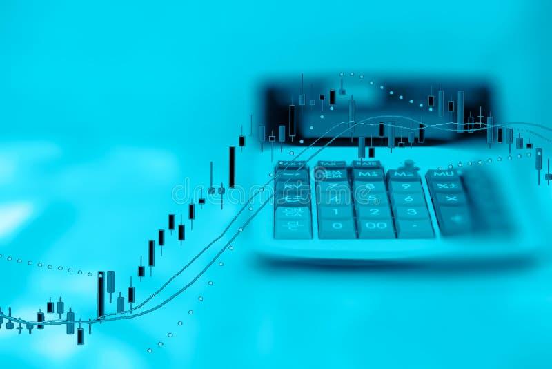 Exposición doble de la calculadora del informe de negocios y del gráfico de la inversión con el espacio de la copia imágenes de archivo libres de regalías