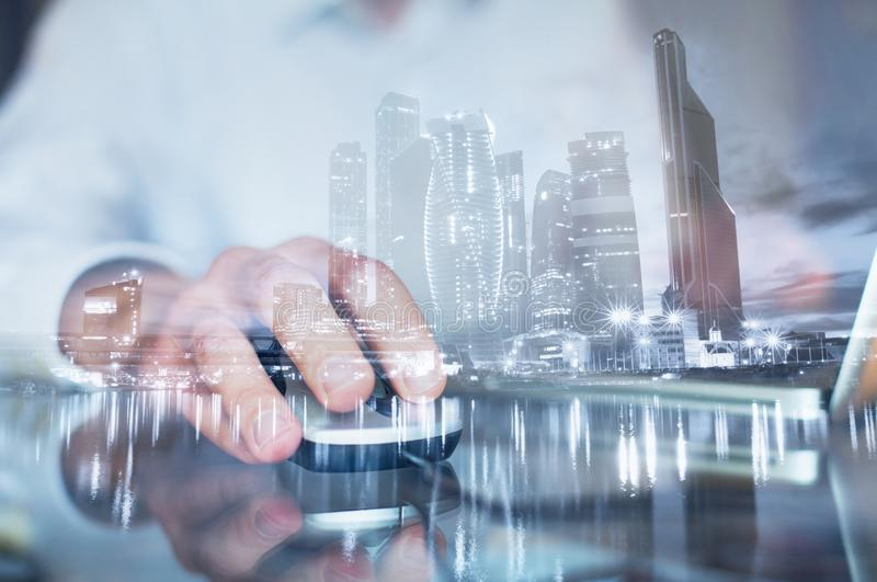 Exposición doble de la mano con el ratón, hombre de negocios que trabaja en el ordenador en línea imagenes de archivo