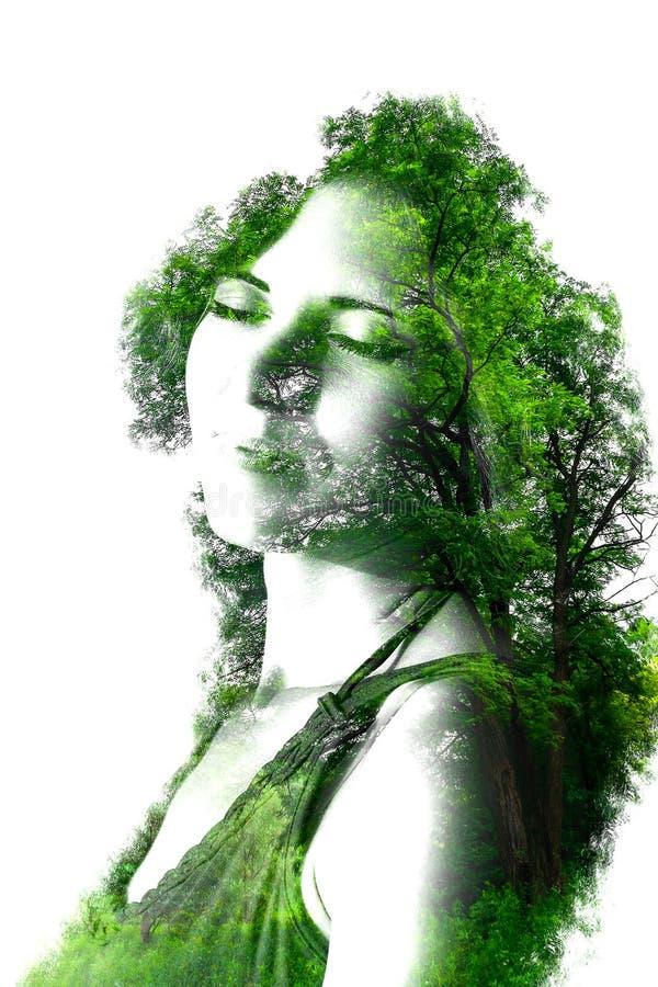 Exposición doble de la muchacha hermosa joven entre las hojas y los árboles El retrato de la señora atractiva combinó con la foto stock de ilustración