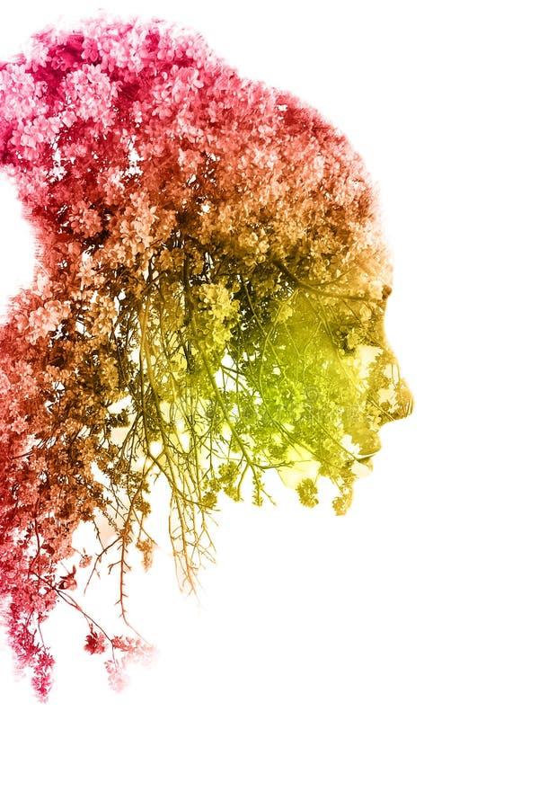 Exposición doble de la muchacha hermosa joven entre las hojas y los árboles El retrato de la señora atractiva combinó con la foto ilustración del vector