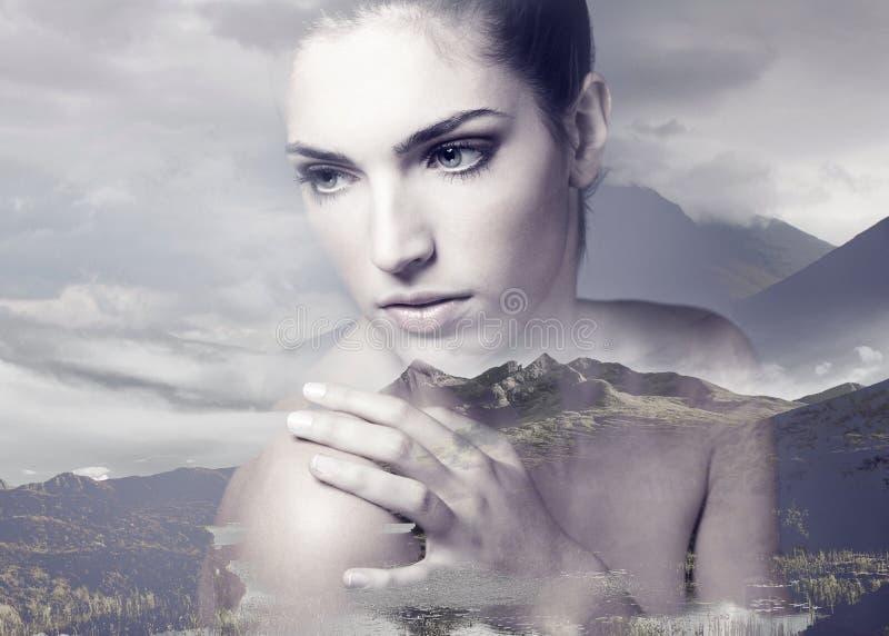 Exposición doble de la mujer adulta joven con la piel fresca limpia imagenes de archivo