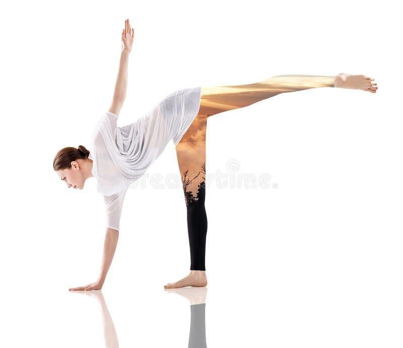 Exposición doble de la mujer que hace yoga y la naturaleza foto de archivo libre de regalías