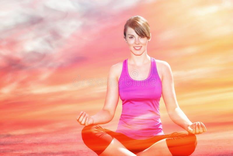 Exposición doble de la mujer que hace yoga y puesta del sol foto de archivo libre de regalías