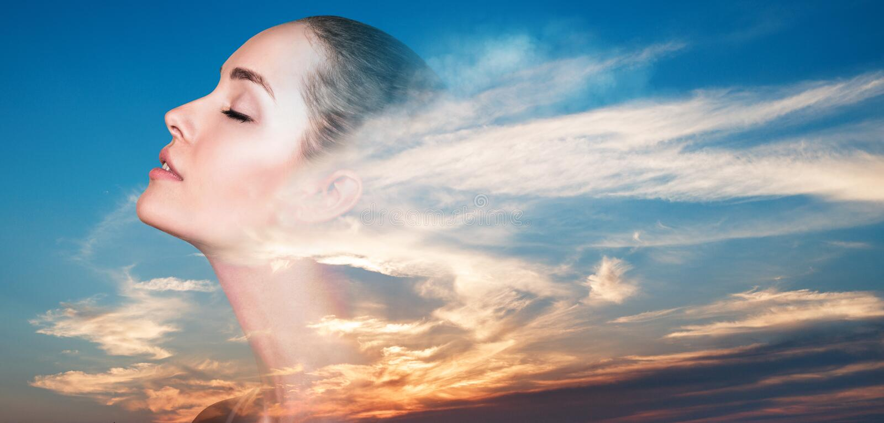 Exposición doble de la mujer y de la puesta del sol hermosa fotografía de archivo