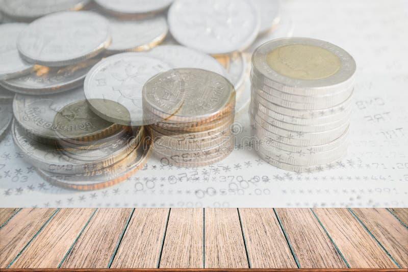 Exposición doble de la pila de las monedas del dinero para el concepto de las finanzas y de las actividades bancarias fotos de archivo