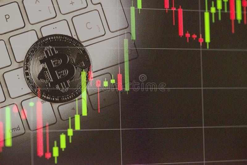Exposición doble de las fotos de Bitcoin y de las cartas del mercado de acción Bitcoins imágenes de archivo libres de regalías