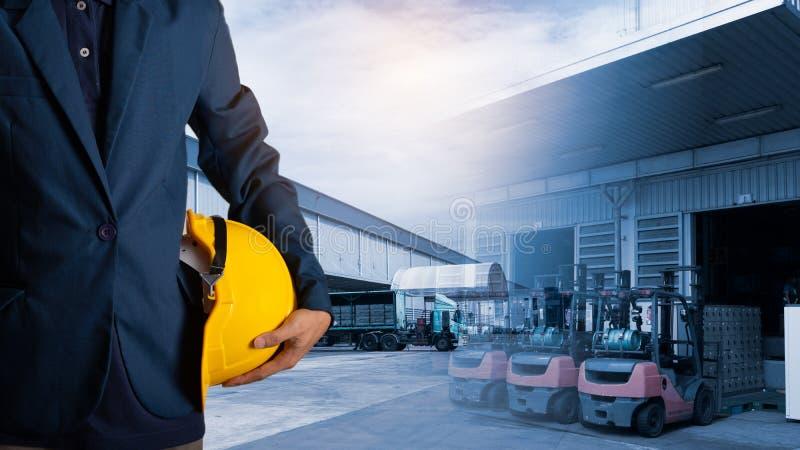 Exposición doble del casco del amarillo del control del ingeniero o del trabajador para la seguridad de los trabajadores fotografía de archivo libre de regalías