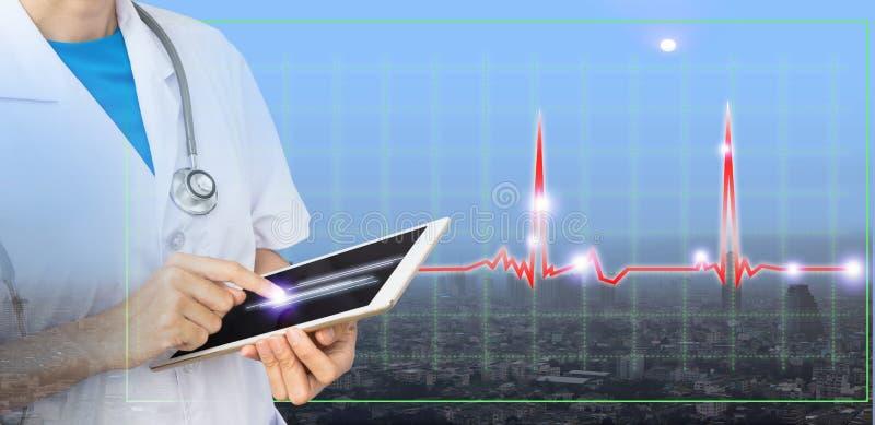 Exposición doble del doctor usando la tableta para la nueva tecnología fotografía de archivo libre de regalías