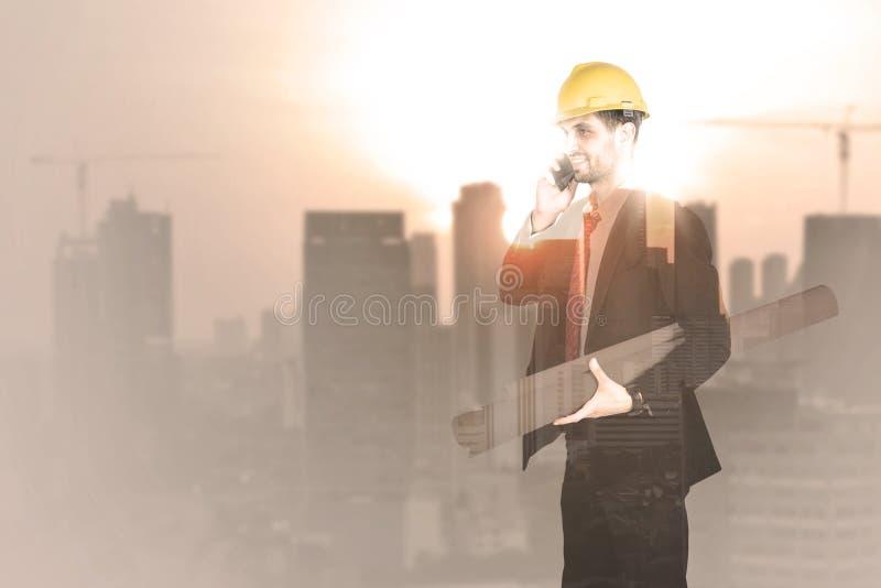 Exposición doble del hombre del arquitecto con el rascacielos stock de ilustración