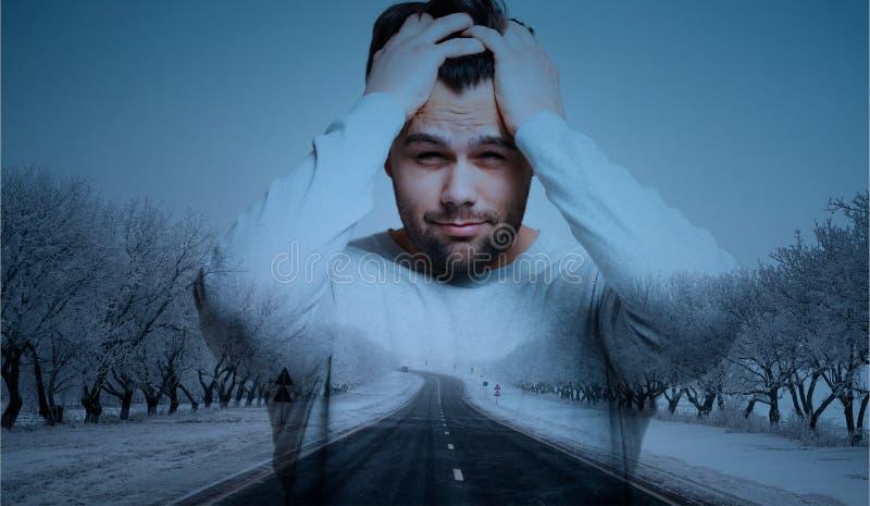 Exposición doble del hombre con dolor de cabeza sobre fondo del camino fotografía de archivo