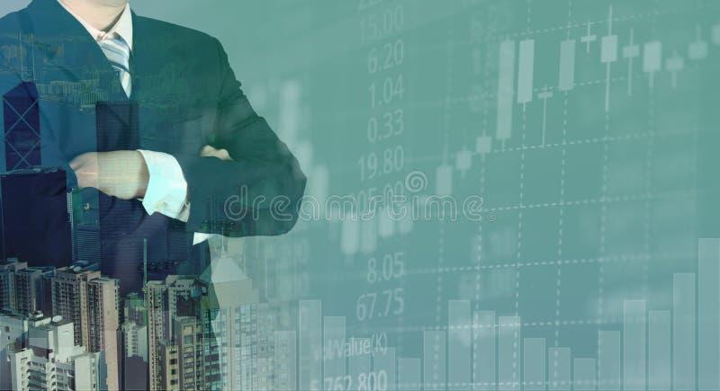 Exposición doble del hombre de negocios con el palillo del fondo y de la vela de la ciudad y la pantalla del precio de mercado de stock de ilustración