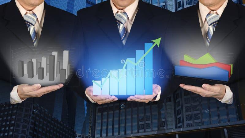 Exposición doble del hombre de negocios tres con el gráfico financiero del crecimiento foto de archivo