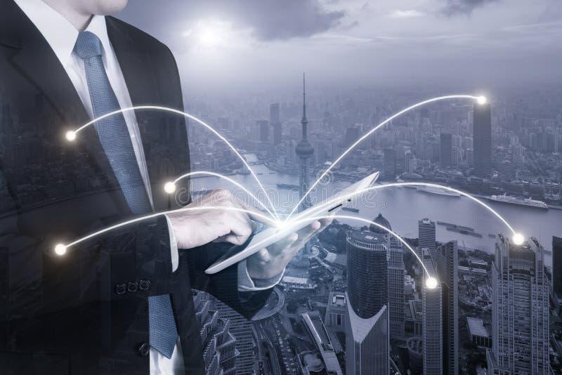 Exposición doble del hombre de negocios usando la PC digital de la tableta imagen de archivo libre de regalías