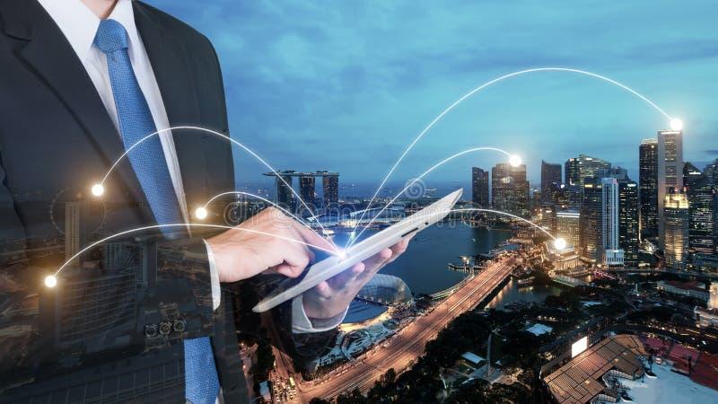 Exposición doble del hombre de negocios usando la PC digital de la tableta fotos de archivo