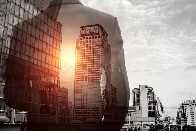 Exposición doble del hombre de negocios y del paisaje urbano foto de archivo libre de regalías