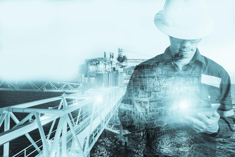 Exposición doble del hombre del ingeniero o del técnico con el casco de seguridad imágenes de archivo libres de regalías