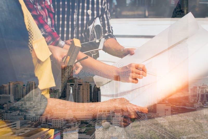 Exposición doble del ingeniero de la mano con el fondo moderno de la ciudad reunión para el funcionamiento de proyecto arquitectó fotos de archivo libres de regalías