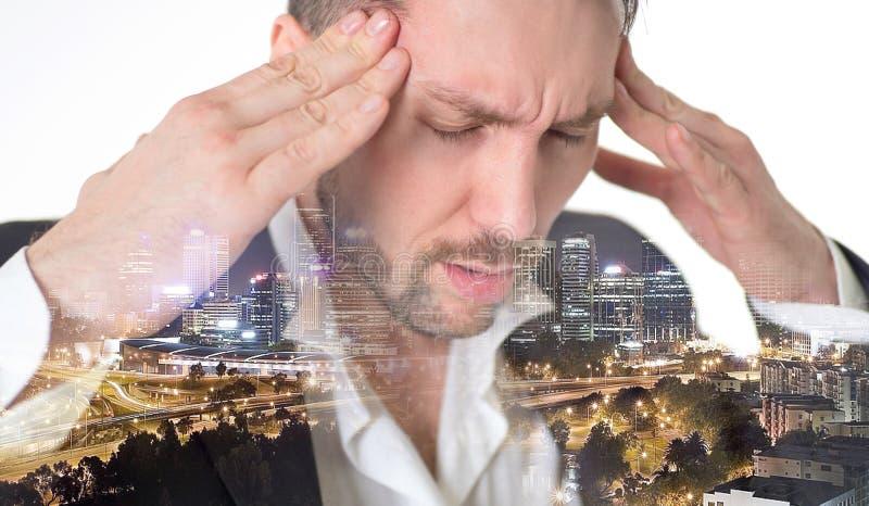 Exposición doble Megapolis El hombre joven en el traje que toca su cabeza y que guarda observa cerrado mientras que se opone a bl fotos de archivo