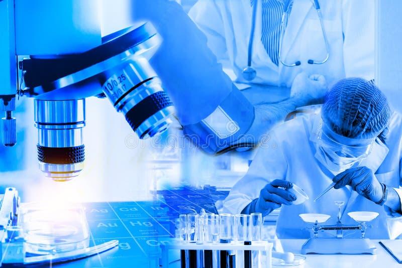 Exposición doble, microscopio con el investigador y doctor, concepto médico imagen de archivo libre de regalías