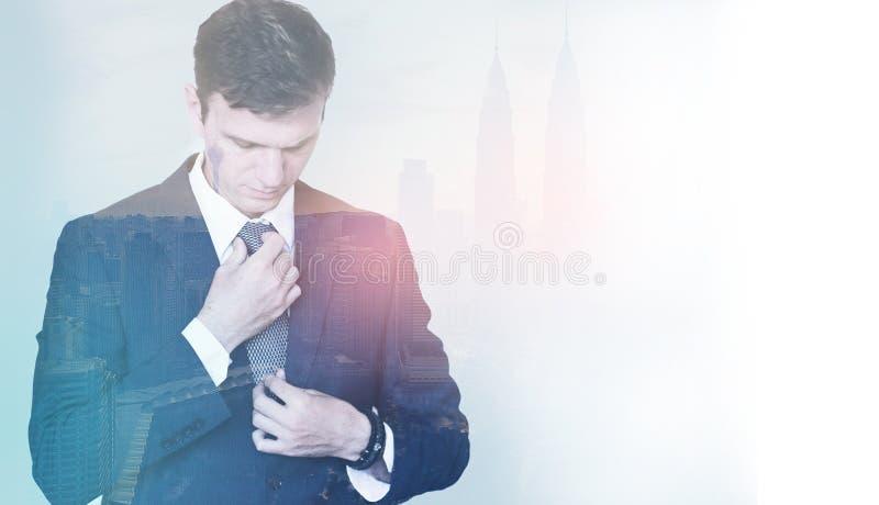 Exposición dual de un hombre de negocios joven antes de su reunión, ajuste fotografía de archivo