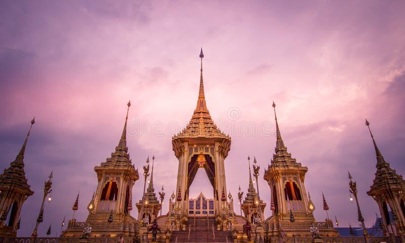 Exposición en la ceremonia real de la cremación, Sanam Luang, Bangkok, Tailandia en November7,2017: Crematorio real para la crema imagen de archivo libre de regalías