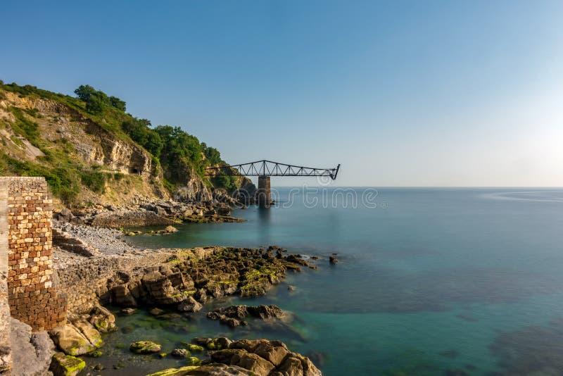 Exposición larga abandonada antigua de la bahía de cargamento del hierro foto de archivo