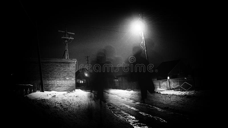 Exposición larga borrosa de la noche de caminar de la gente imágenes de archivo libres de regalías