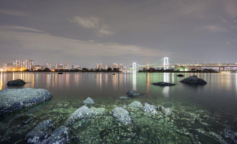 Exposición larga de la bahía y del puente del arco iris de Odaiba, Nightview imagenes de archivo