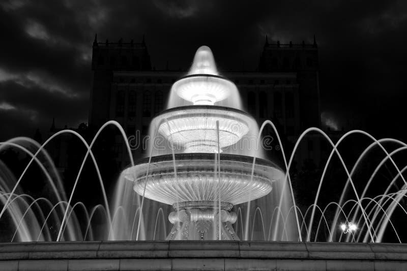 Exposición larga de la fuente delante de la Academia de Ciencias en la noche, en Baku, Azerbaijan fotos de archivo libres de regalías