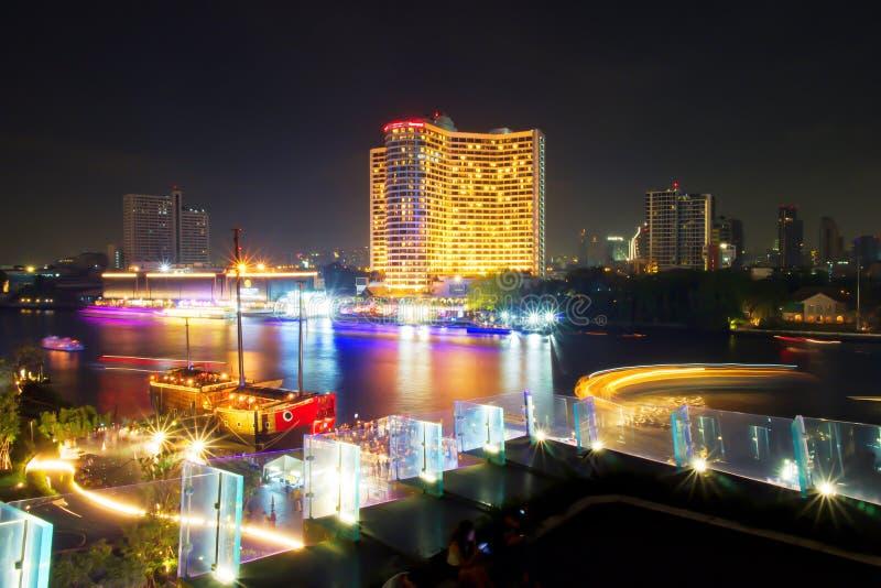 Exposición larga de la navegación de la nave/del barco en Chao Phraya River, Bangkok, Tailandia Iluminación del transporte Hermos foto de archivo libre de regalías