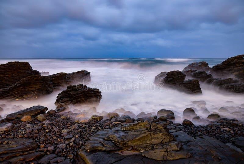 Exposición larga de la noche de la costa atlántica rocosa en la parte del oeste de la isla de Gran Canaria imagen de archivo libre de regalías