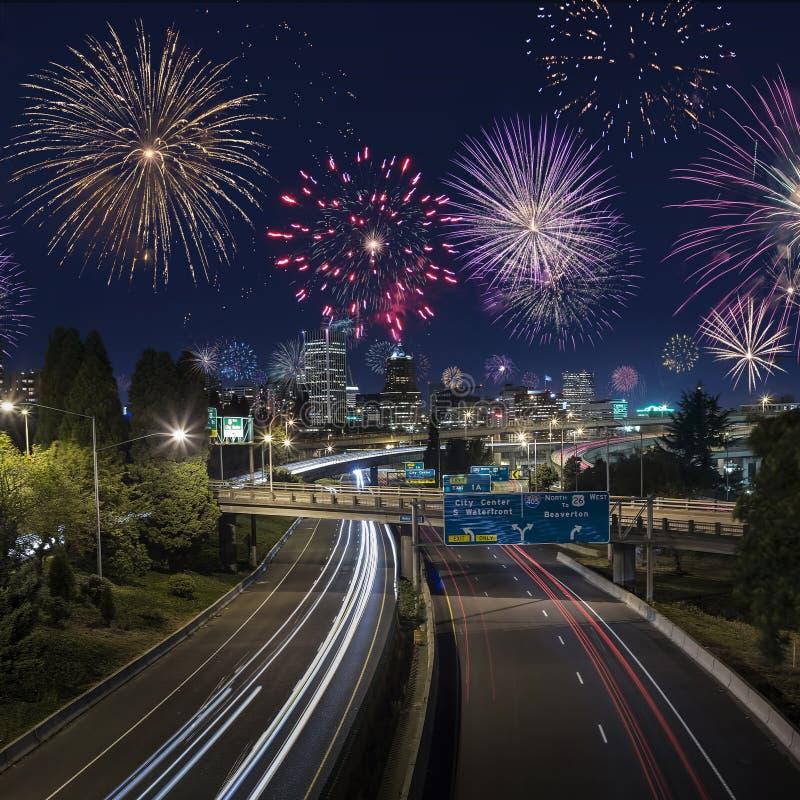 Exposición larga de la noche del tráfico en Portland céntrica con los fuegos artificiales en fotos de archivo libres de regalías