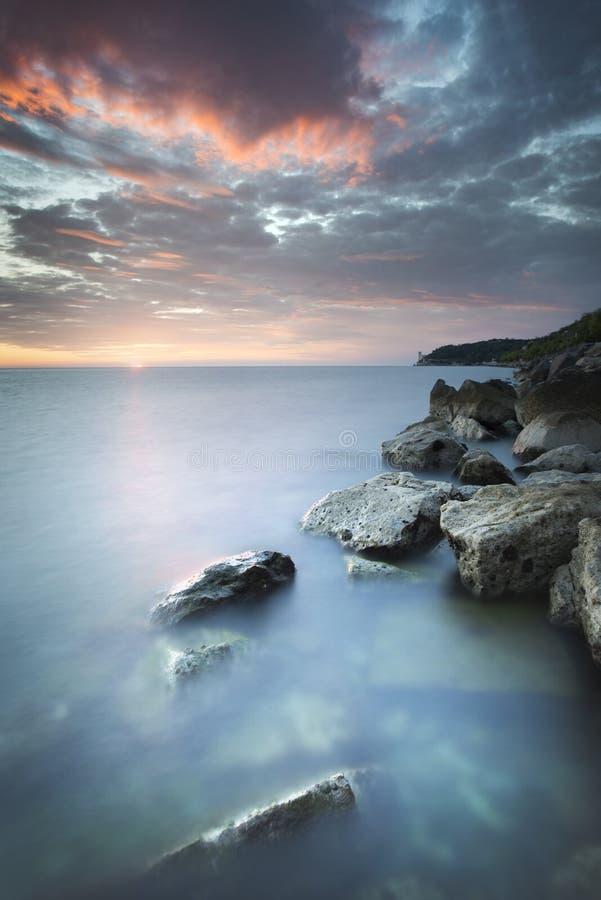 Exposición larga de la puesta del sol y del mar en Miramare, Italia fotos de archivo libres de regalías