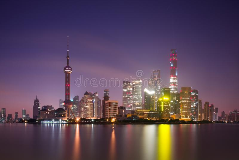 Exposición larga de Pudong, rascacielos modernos, el río Huangpu en Shangai en la noche Paisaje urbano y arquitectura urbana imagen de archivo libre de regalías