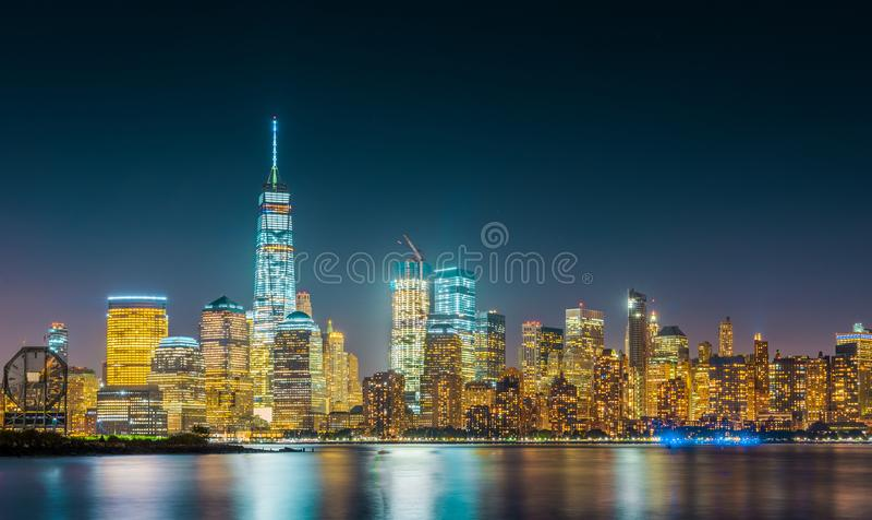 Exposición larga del horizonte de New York City con el cielo azul marino fotografía de archivo