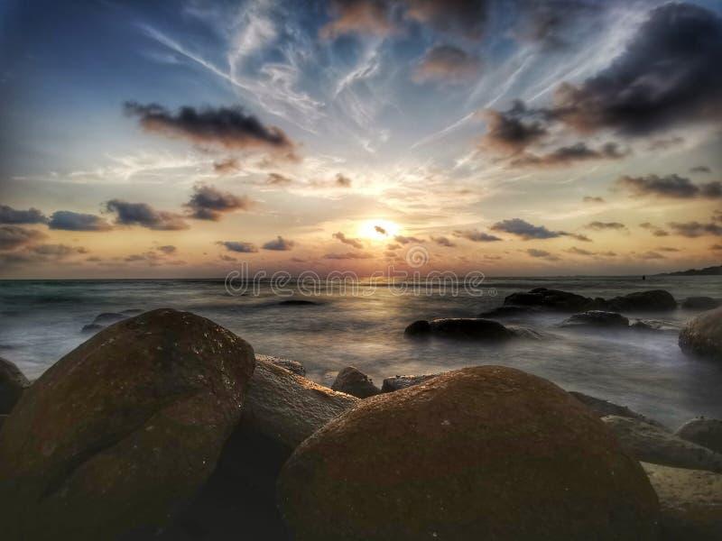 Exposición larga del mar de la puesta del sol crepuscular del paisaje en Tailandia imagen de archivo